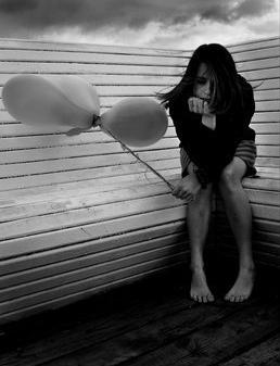 Is het stil op uw bedrijfsblog? Vrouw alleen op een bankje met een ballon